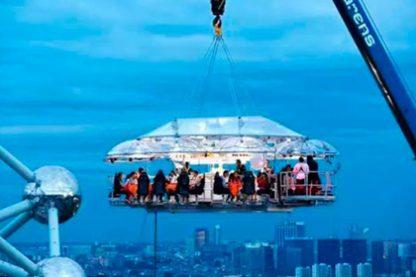 dinner in sky 1 416x277 - Обзор самых необычных отелей и ресторанов