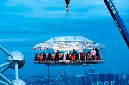 dinner in sky 1 420x277 - Обзор самых необычных отелей и ресторанов