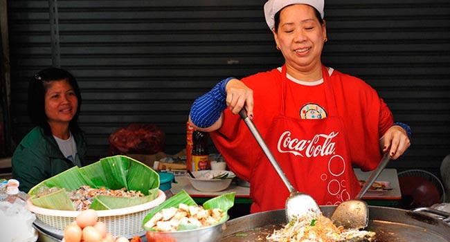 680 street vendor cooks bangkok thailand - Бангкок