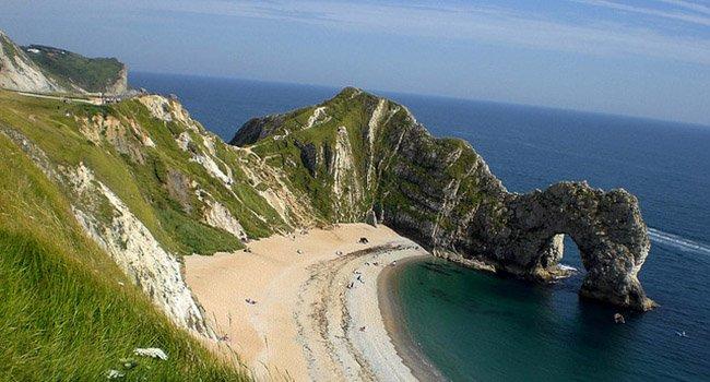 Побережье Дорсета и Восточного Девона в южной части Англии. Пляж известен как побережье юрского периода и находится под эгидой ЮНЕСКО, а также включен в список Всемирного природного наследия.