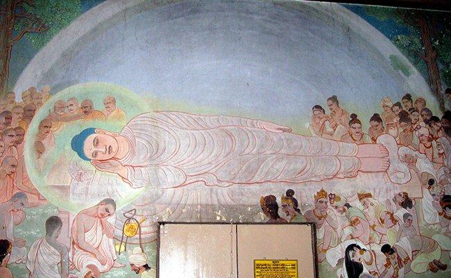 """Фреска """"Спящий будда"""" в индуистском храме Mulagandhakuti Vihara."""