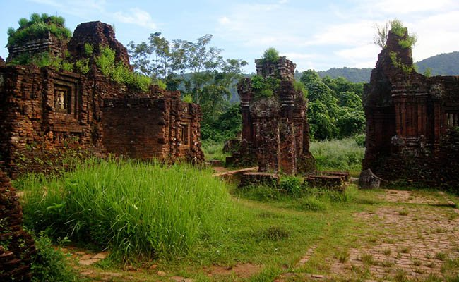 Руины Мишон (My Son Sanctuary) - храмового комплекса империи Чампа в центральной части Вьетнама. Внесены в Список всемирного культурного наследия ЮНЕСКО.